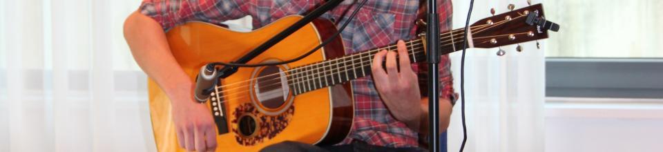 Hand an der Gitarre